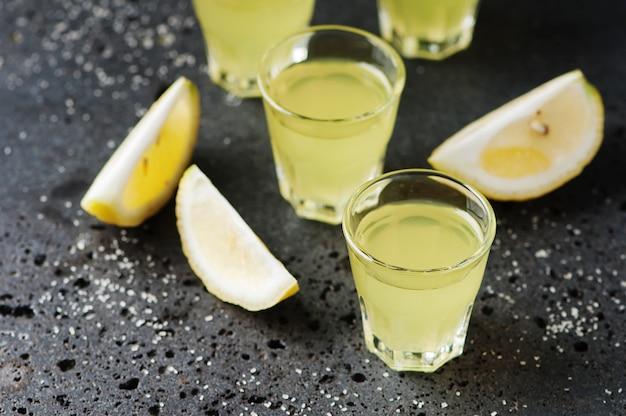 イタリアの伝統的なリキュールリモンチェッロレモン添え