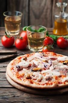 シーフードのイタリアの伝統的なピザ
