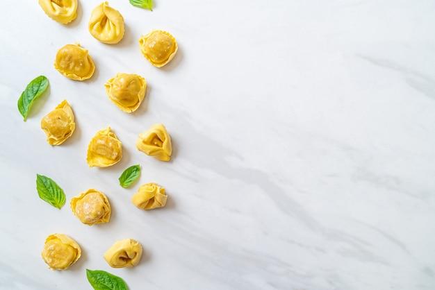 イタリアの伝統的なトルテッリーニ パスタ。イタリア料理のスタイル