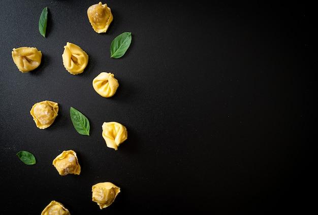 イタリアの伝統的なトルテリーニパスタ