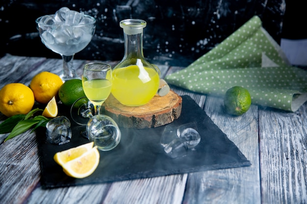 セレクティブフォーカスの煙で新鮮なレモンとイタリアの典型的な消化リモンチェッロ