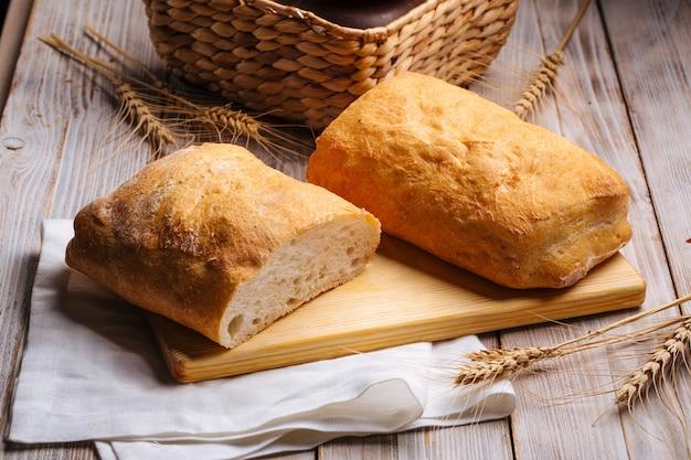 Буханки итальянского белого хлеба чиабатты