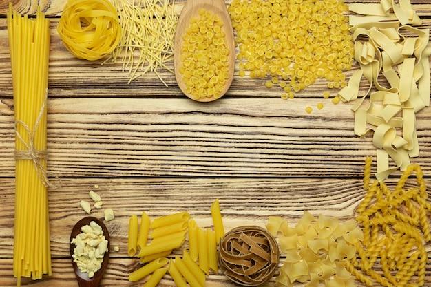 木製のテーブルのイタリアの全粒粉パスタ