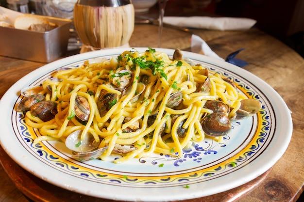 Паста italisn с моллюсками на большой тарелке