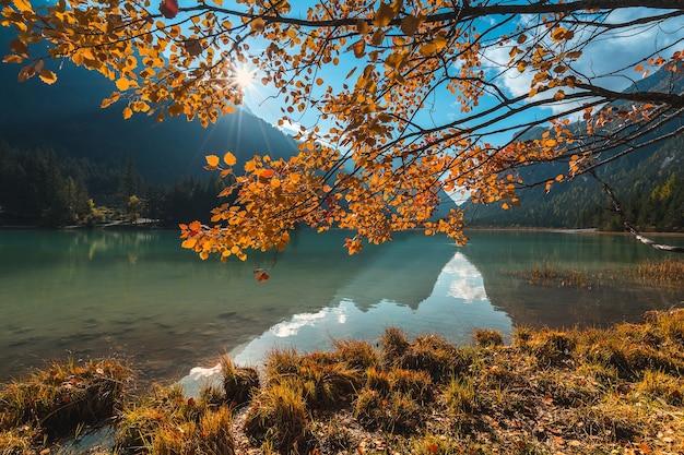 イタリア。ドロミテの山々と小さな湖、秋の風景。