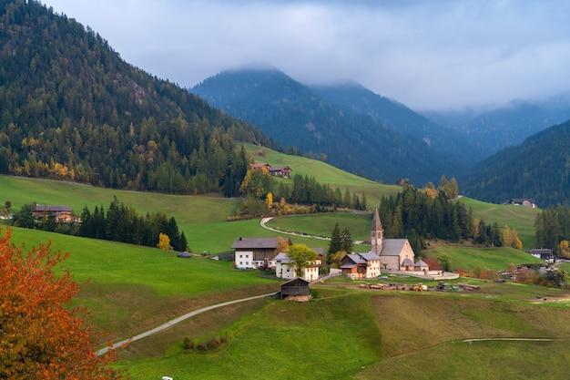 イタリア。ドロミテの山々と素晴らしい秋の風景。