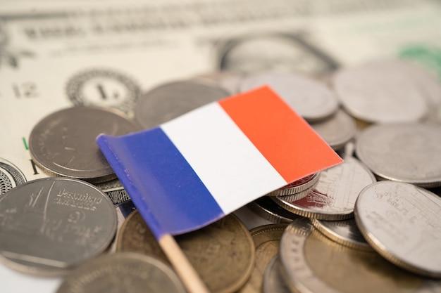 Флаг италии на фоне монет.