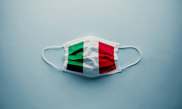 Флаг италии на концепции вспышки mask.coronavirus