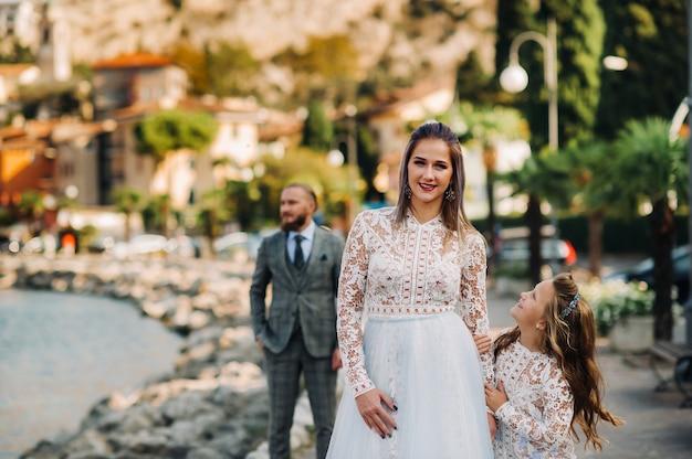 イタリア、ガルダ湖。アルプスの麓、イタリアのガルダ湖のほとりにある美しい家族。イタリアの父、母、娘。