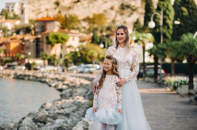 イタリア、ガルダ湖。アルプスの麓、イタリアのガルダ湖のほとりにあるスタイリッシュな母と娘。イタリアの母と娘。