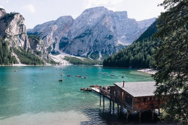 イタリア-ブラーイエス湖に典型的な木製のボートがある山のある湖。