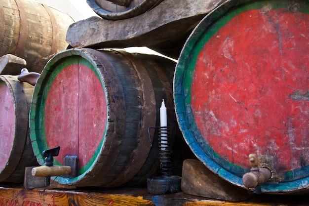 이탈리아 - 피에몬테 지역 바르베라 와인 배럴의 오래된 수도꼭지
