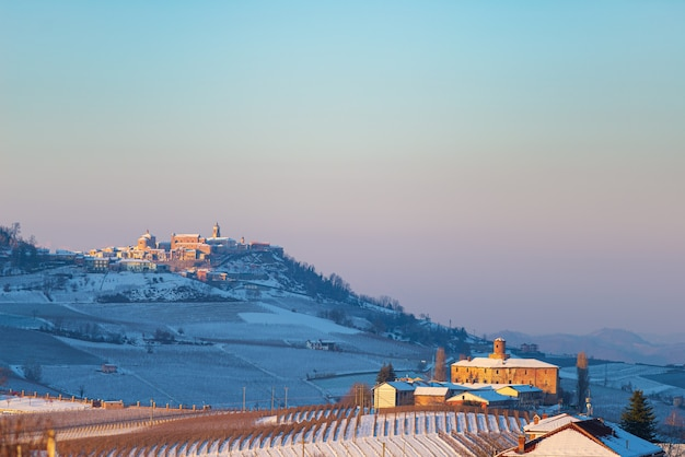 이탈리아 피에몬테 : 와인 야드 독특한 풍경 겨울, 언덕 꼭대기에 자리 잡고있는 라 모라 마을, 일몰 극적인 하늘 배경, 이탈리아 포도 유산 파노라마보기