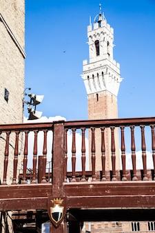 이탈리아, 시에나, 캄포 광장. 700년 된 torre del mangia의 세부 사항