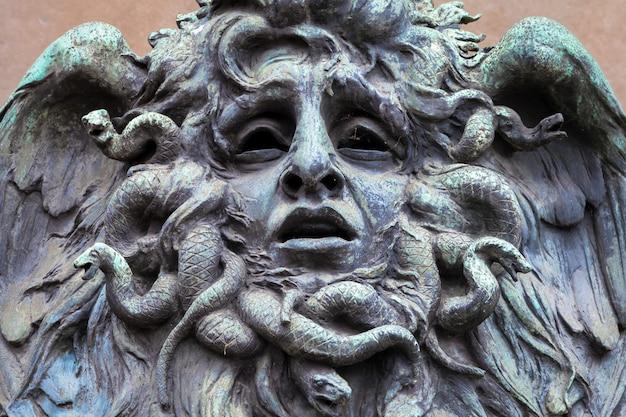 Италия, турин. этот город известен как угол двух глобальных волшебных треугольников. это голова медузы из бронзы недалеко от исторического сада валентино в турине.