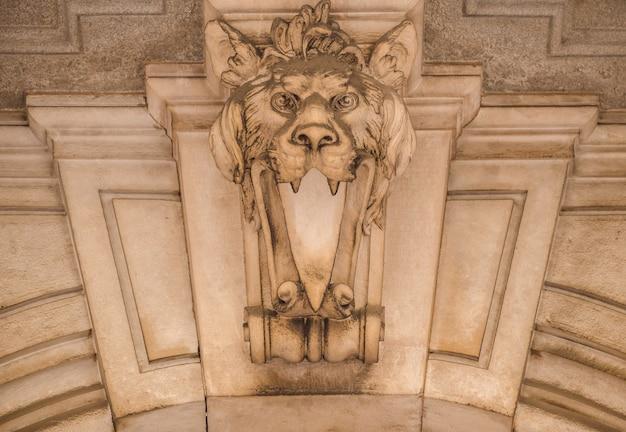 Италия, турин. этот город известен как угол двух глобальных магических треугольников. это защитная маска из камня на вершине роскошного входа во дворец, датируемая примерно 1800 годом.