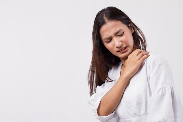피부를 긁는 가려움증 여성
