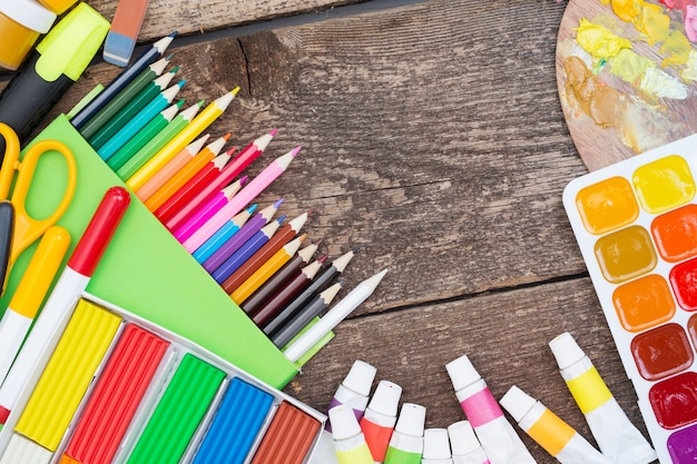 木製の背景に子供たちの創造性のためのアイテム
