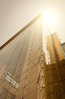 Стекло здания ith отражение солнца