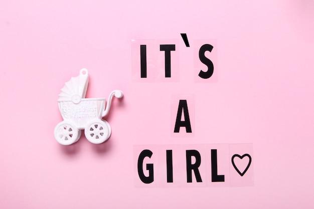 파스텔 흰색 배경 상위 뷰, 아기 발표에 쓰여진 소녀 텍스트입니다. 평면 위치, 텍스트 공간. 인사말 카드, 샤워, 아기 개념 밝고 화려한 디자인 귀여운