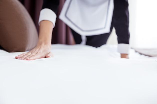 それは完璧だ。それがどのように作られているかを確認しながらベッドに触れる女性の手の選択的な焦点