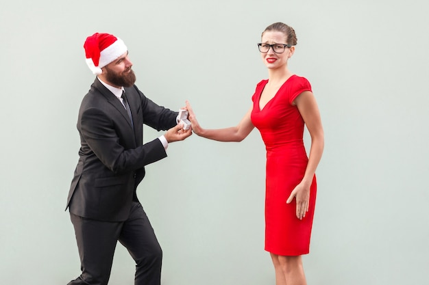 Его предложения руки и сердца на рождество - плохая идея! нет, я не люблю тебя. студия выстрел, изолированная серая стена
