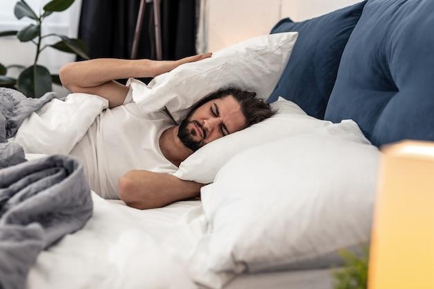 それは本当に難しいね。起きたくないのに枕を抱えている悲しい陽気な男