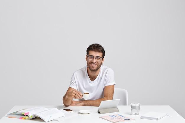 커피를 마실 시간입니다. 만족 한 남성 블로거는 소셜 네트워크 중독이 있습니다
