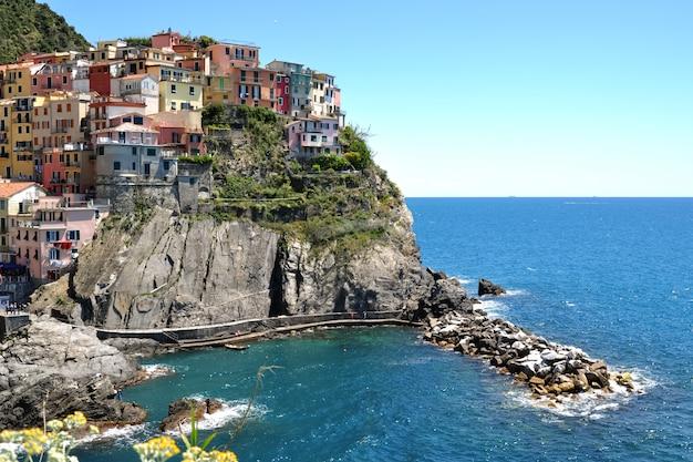 岩の上にあるシティ。マナローラ、チンクエテッレ、イタリアの海の景色