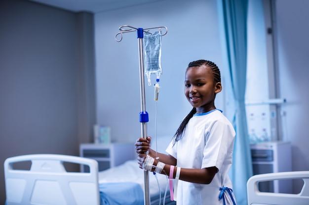 病院でivスタンドを保持している患者