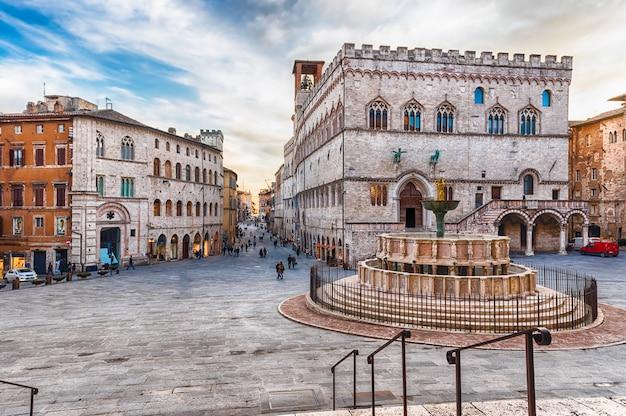 Вид живописной площади iv ноября, перуджа, италия