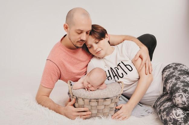 親は子供と時間を過ごします。ママとパパは赤ちゃんを抱擁します。幼年期、父権、母性、ivf