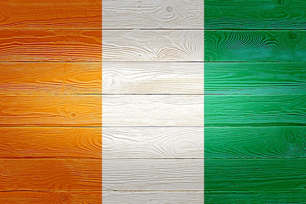 古い木の板の背景に描かれたコートジボワールの国旗