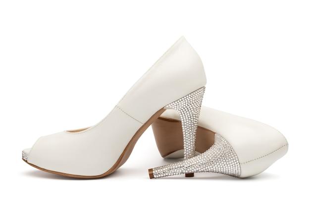 Женская свадебная обувь цвета слоновой кости, изолированные на белом фоне
