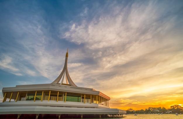 Суан луанг рама ix общественный парк с вечерним солнечным светом в бангкоке таиланд