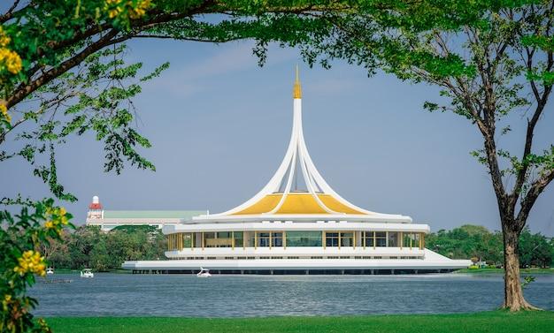Зал ратчамангхала королевский водный общественный парк в суан луанг раме ix. бангкок, тайланд