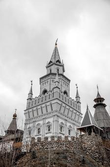 Измайловский кремль в москве, россия в пасмурный день.