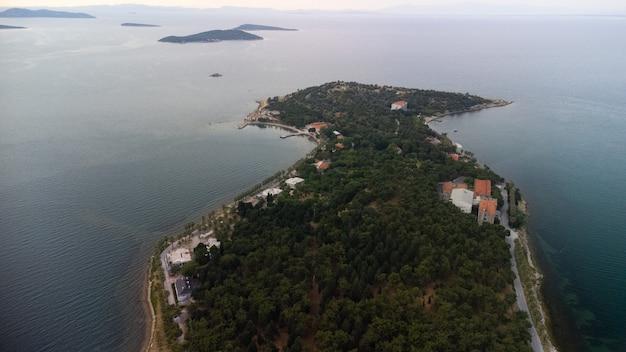 Измирский район урла карантинный взгляд на отдаленный остров, турция. дрон аэрофотосъемка. фото высокого качества
