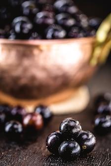 Jaboticaba 과일, 남미의 이국적인 포도, 소박한 구리 냄비에