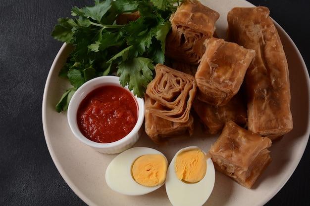 Яхнун или джахнун, йеменское еврейское печенье, подается со свежими тертыми помидорами и вареным яйцом, а также жуг, происходящее от евреев адени, и традиционно подается в шаббат утром в израиле.