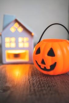 Secchio di jack-o-lantern vicino alla candela