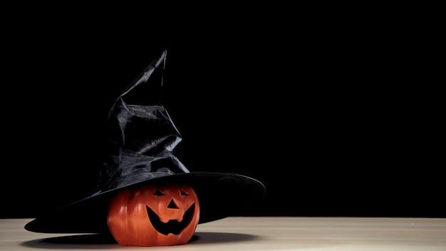 魔女の帽子とジャック・オー・ランタンのハロウィーンのカボチャ