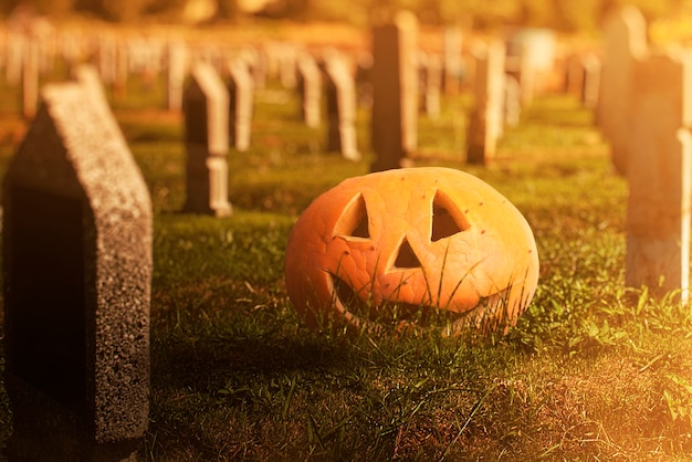 ドラマチックなシーンの背景を持つ墓地のジャック・オー・ランタン