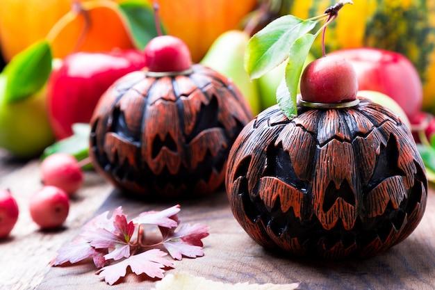木製のジャック-o-ランタン。秋。ハロウィン。