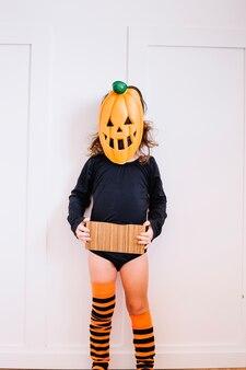Джек-о-фонарь с картоном