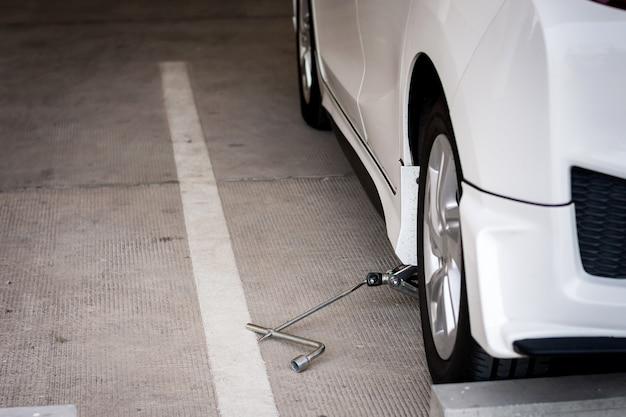 자동차 타이어 교체 또는 유지 보수를 위해 hight 레벨을 올리기 위한 자동차의 잭 나사.
