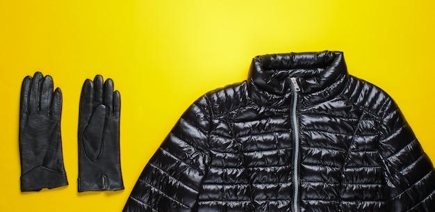 재킷, 노란색 표면에 장갑입니다.
