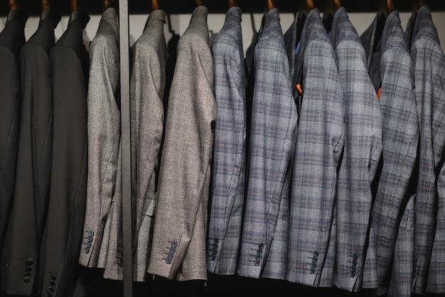 Куртки висят в магазине мужской одежды