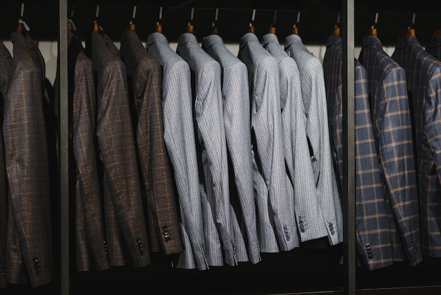 남성 의류 매장에 걸려있는 재킷