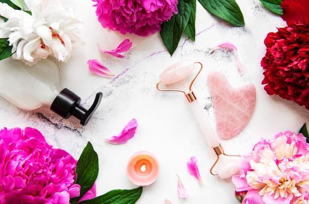 美容フェイシャルマッサージセラピーとピンクの牡丹のための翡翠のフェイスローラー